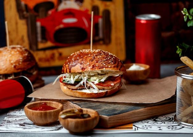 Burger z pomidorami szynkowymi i kapustą
