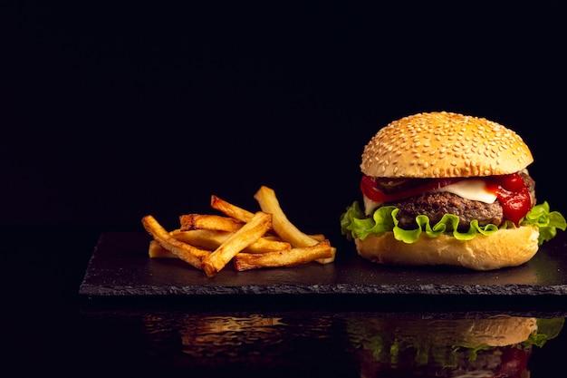 Burger z przodu z frytkami
