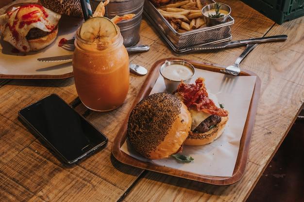 Burger z sokiem owocowym