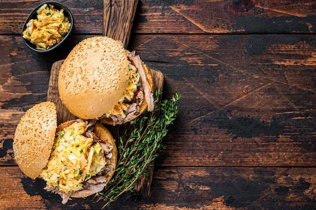 Burger z szarpaną wieprzowiną z sosem bbq i sałatką coleslaw