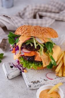 Burger z warzywami i kotletem roślinnym