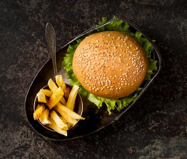 Burger z widokiem z góry z sałatką i frytkami