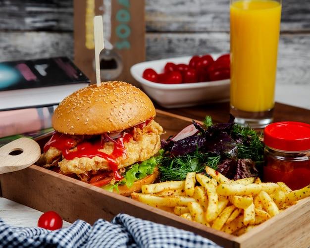 Burger z ziołami i pikantnymi frytkami
