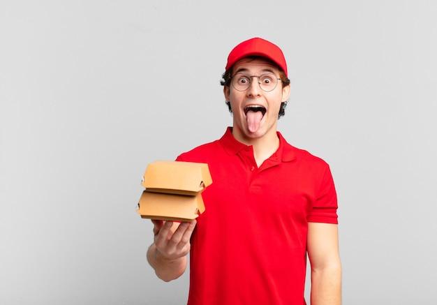 Burgery dostarczają chłopca z wesołym, beztroskim, buntowniczym nastawieniem, żartując i wystawiając język, dobrze się bawiąc