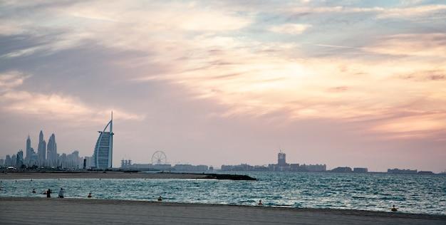 Burj al arab hotel w dubaju o zachodzie słońca
