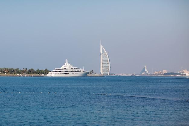 Burj al arab na morzu i niebieskim niebie, dubaj