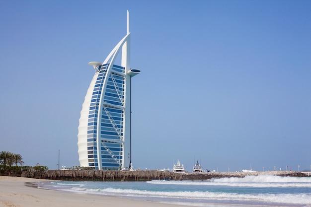 Burj al-arab w ciągu dnia. morze i błękitne niebo