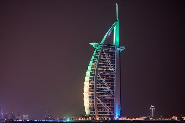 Burj al arab z kolorowymi światłami w nocy