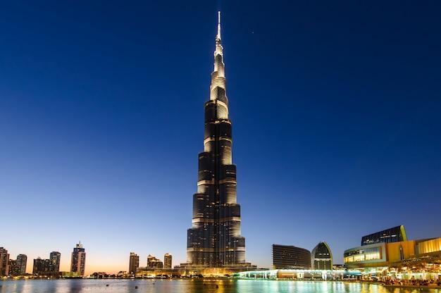 Burj khalifa nocą w dubaju