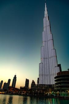 Burj khalifa w dubaju w nocy światła ściany