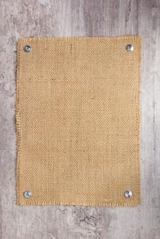 Burlap hessian sacking texture na kamiennej powierzchni ściany jako tekstura tła
