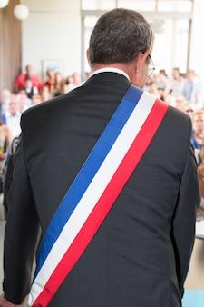Burmistrz francji podczas ceremonii ślubnej