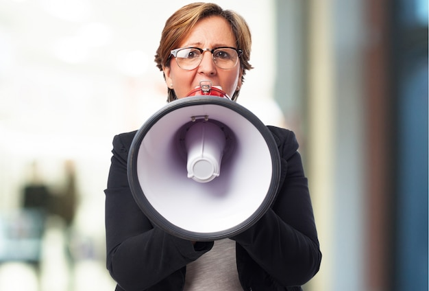 Burmistrz mujer de negocios sujetando una manzana
