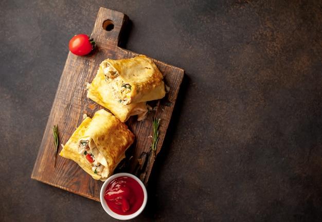 Burrito owija się kurczakiem i warzywami, na tle betonu z miejscem na tekst, meksykańska shawarma