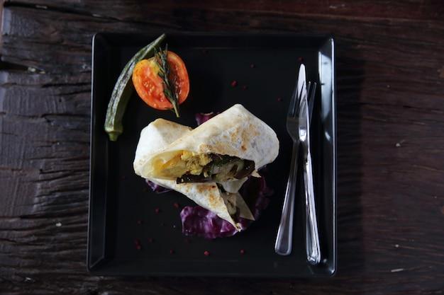 Burrito wołowe na tle drewna