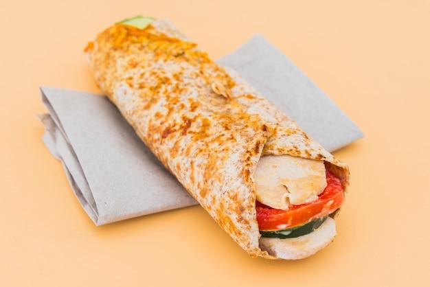 Burrito z kurczaka z pomidorem i ogórkiem