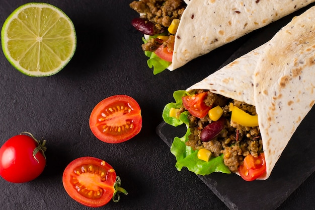 Burrito z wołowiną, kurczakiem, limonką, papryką i warzywami.