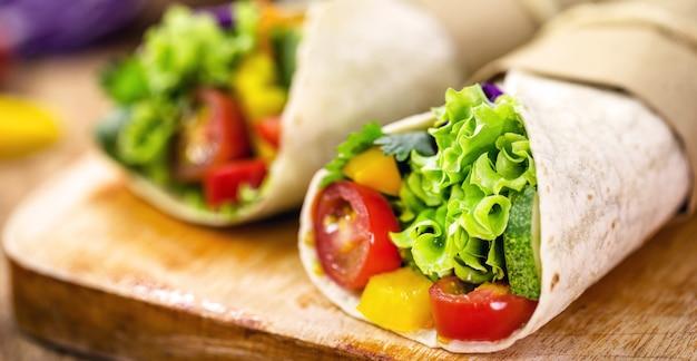 Burrito zawija się z grzybami, papryką i warzywami, pikantne meksykańskie jedzenie