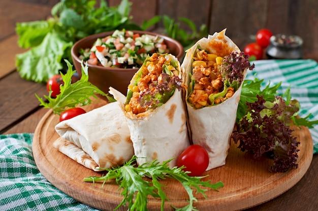 Burritos zawija mieloną wołowinę i warzywa