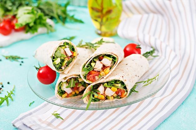 Burritos zawija się w kurczaka i warzywa. burrito z kurczaka, meksykańskie jedzenie.