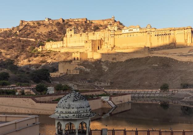 Bursztynowy fort indii o wschodzie słońca, jaipur, rajasthan.