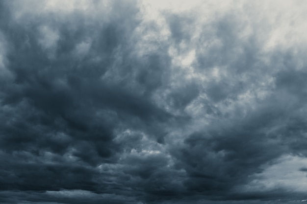 Burza deszcz pochmurno ciemność przerażające niebo w porze deszczowej czarny ciemny odcień.