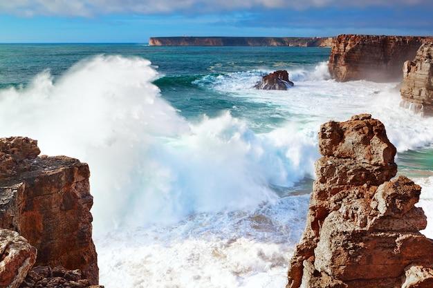 Burza i wysokie fale w morzu na wybrzeżu portugalii, sagres.