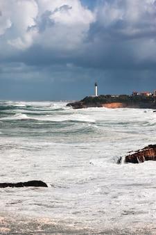 Burza morska z naprawdę dużymi falami uderzająca w wybrzeże biarritz w kraju basków.