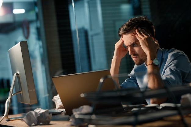 Burza mózgów człowiek za pomocą laptopa