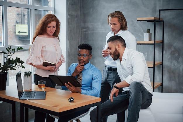 Burza mózgów, myślenie o rozwiązaniu problemu. grupa wielorasowych pracowników biurowych w formalnych ubraniach rozmawiających o zadaniach i planach