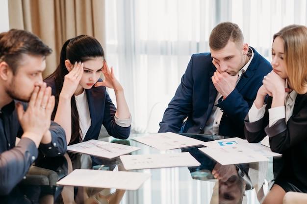 Burza mózgów na spotkaniu biznesowym. ludzie w garniturach w biurze