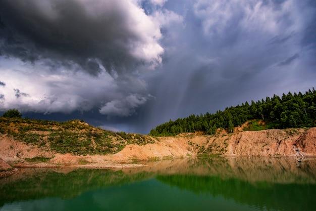 Burza nad pięknym jeziorem