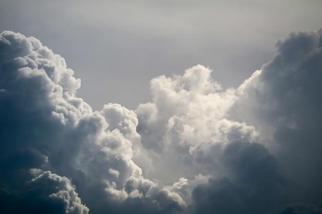 Burza sylwetka sterty chmury słońce promień w szarej skyscape ciemnej chmurze