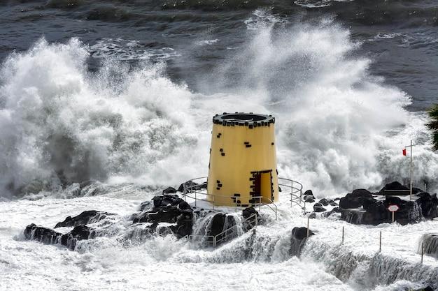 Burza tropikalna uderzająca w wieżę widokową na terenie hotelu savoy funchal