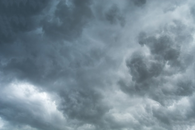 Burza z piorunami chmury nad miastem