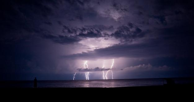 Burza z piorunami i błyskawica w morzu. błyskawica.
