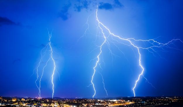 Burza z piorunami i błyskawica