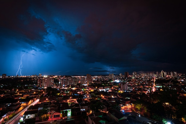 Burza z piorunami nad miastem ribeirao preto w brazylii. grzmot niebieskie światło na obraz koncepcji nocy letniej.