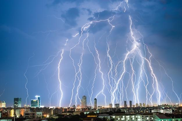 Burza z piorunami nad miastem w tajlandii