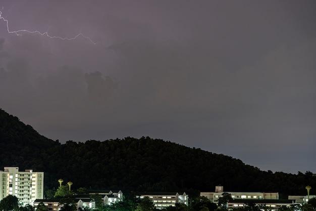 Burza z piorunami uderza w góry podczas burzy w nocy. piękny dramatyczny widok