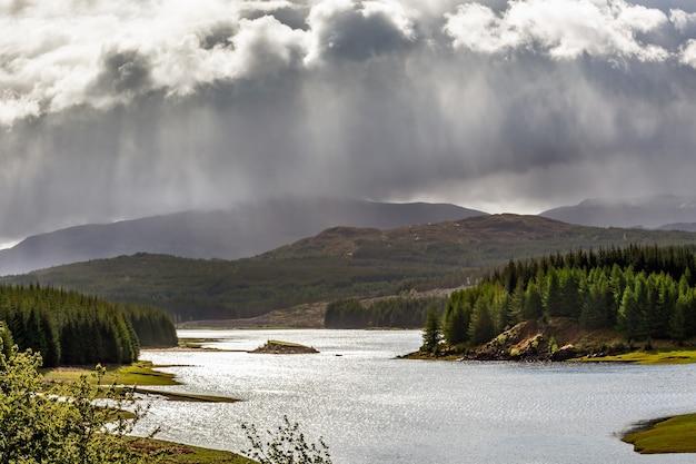 Burza zbliża się do loch laggan w szkocji