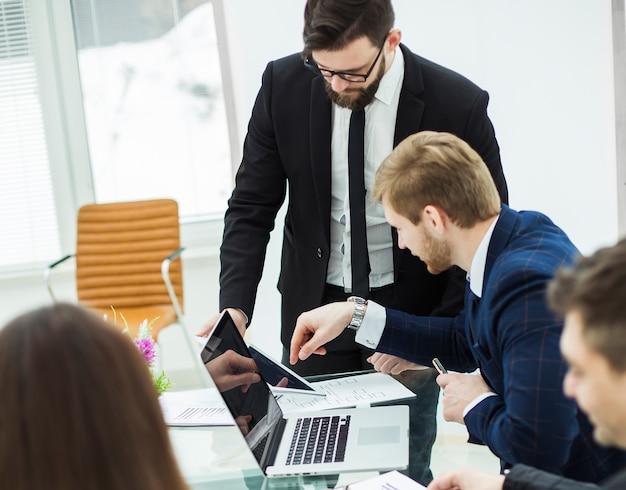 Burze mózgów zespołu biznesowego w miejscu pracy