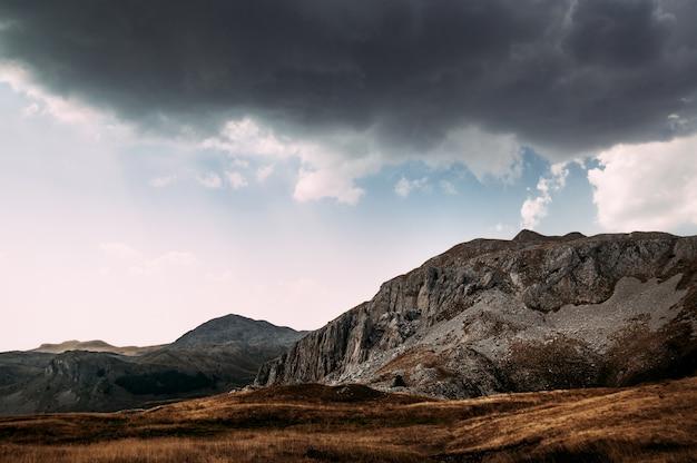 Burzliwe chmury na niebieskim niebie nad górami