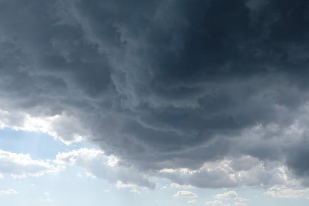 Burzliwe szare chmury na letnim niebie