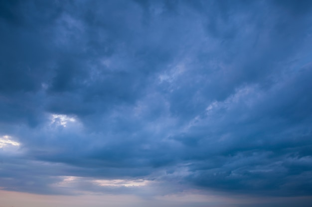 Burzowa chmura i deszczowa tło pogoda