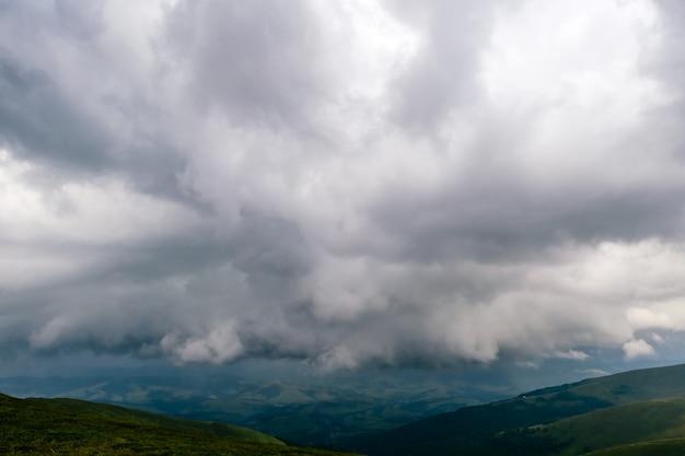 Burzowe chmury nad górami