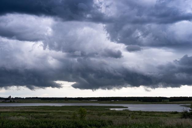 Burzowe chmury nad jeziorem. sezon deszczowy.