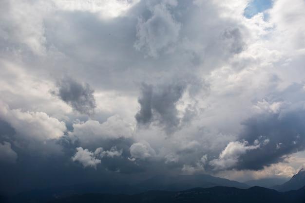 Burzowe chmury w górach bergueda, barcelona, pireneje, hiszpania