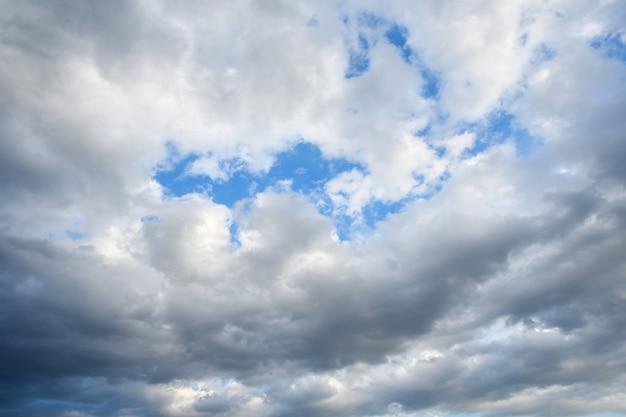 Burzowe niebo z burzą szczytów na zachodzie słońca z pięknym słońcem