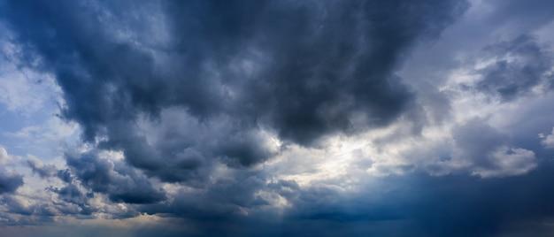 Burzowe niebo z ciemnymi deszczowymi chmurami